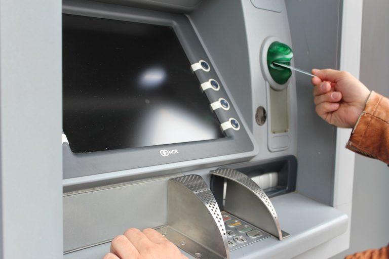 Comment retirer de l'argent de la machine ATM